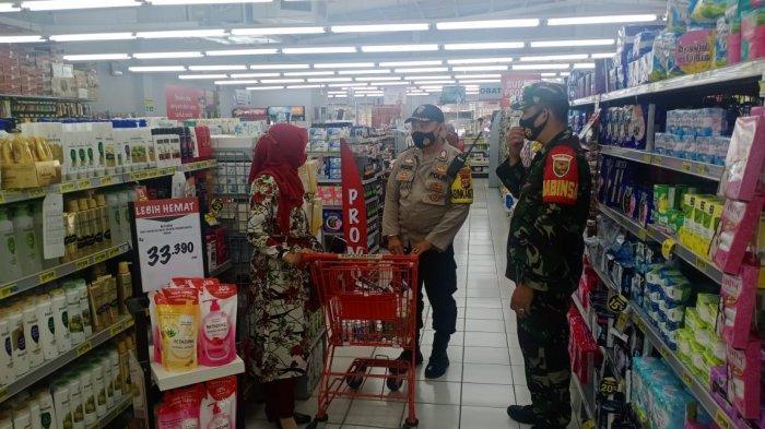 Upaya Cegah Penyebaran Covid, Koramil 410-02/ TBS Imbau Prokes Pengunjung Pusat Perbelanjaan