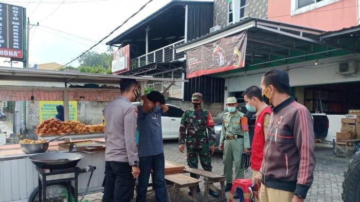 Edukasi Prokes, Koramil 410-04/TKT Sisir Perumahan Warga di Keluarahan Kota Baru