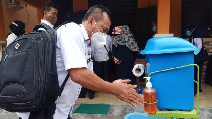 Musyawarah Kerja Kepala Sekolah (MKKS) melakukan penandatanganan fakta integritas di Aula SMAN 1 Natar Lampung Selatan yang diikuti 18 SMAN, 15 SMKN dan 1 SLB, Rabu (24/2/2021).
