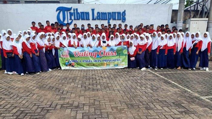 130 Siswa-siswi dan 20 Dewan Guru SMPN 1 Pagelaran Pringsewu Belajar Jurnalistik ke Tribun Lampung