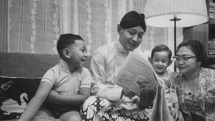 Ilustrasi - Presiden Soeharto dan Ibu Tien bercengkerama bersama putra-putranya. Soeharto Tak Pilih Jenderal TNI dan Politisi sebagai Calon Presiden, Mantan Menteri Sempat Khawatir.