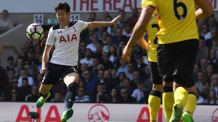 Penyerang Tottenham Hotspur asal Korea Selatan, Son Heung-Min (kiri), melakukan tendangan voli untuk mencetak gol keempat timnya ke gawang Watford dalam pertandingan Premier League di White Hart Lane, London, Sabtu (8/4/2017).