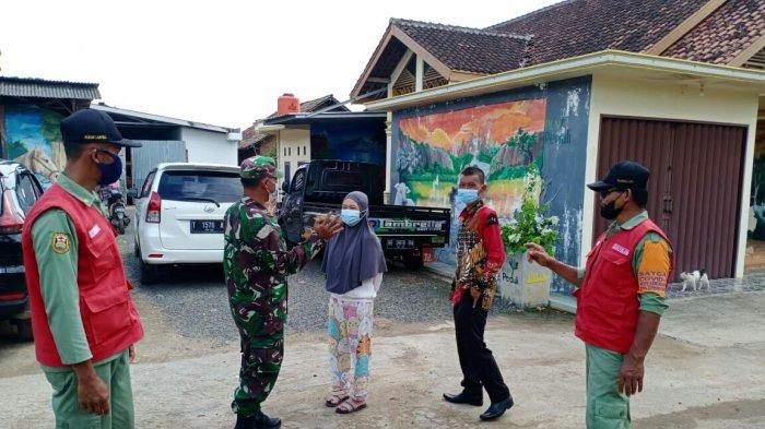 Bagikan Masker, Babinsa Serka Amin Kudsi Rutin Imbau Warga Mematuhi Prokes 5 M di Wilayah Binaan