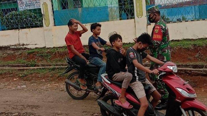 Babinsa Banjit Way Kanan Ajak Warga Disiplin Gunakan Masker