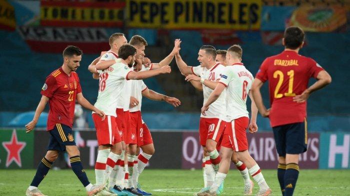 FBL-EURO-2020-2021-MATCH22-ESP-POL Para pemain Polandia merayakan akhir pertandingan sepak bola Grup E UEFA EURO 2020 antara Spanyol dan Polandia di Stadion La Cartuja di Seville, Spanyol, pada 19 Juni 2021. LLUIS GEN / POOL / AFP