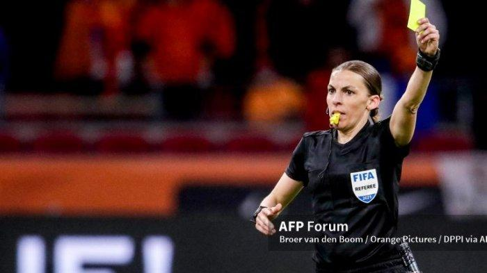 Ilustrasi, Stephanie Frappart Wasit Wanita Pertama yang Akan Pimpin Kompetisi Euro 2021.