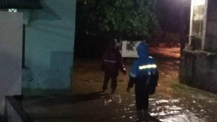 Tahan Tangis, Romlah Ceritakan Detik-detik Banjir Renggut Nyawa Suaminya: Bapak Seperti Pahlawan