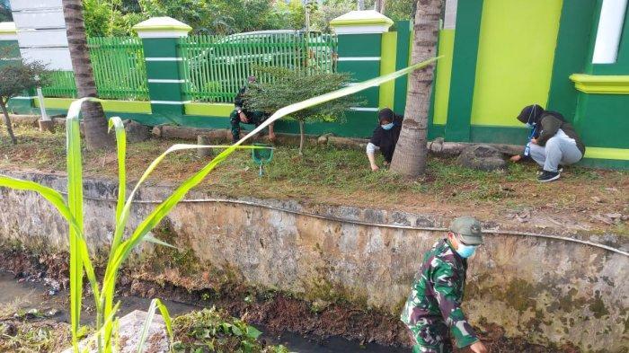Karya Bakti Satkowil, Kapten Made Diazmika Bersihkan Saluran Air di Sukabumi
