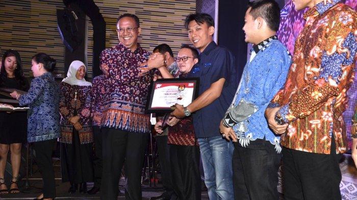 BREAKING NEWS - Berita Pilgub Tribun Lampung Diganjar Penghargaan oleh KPU