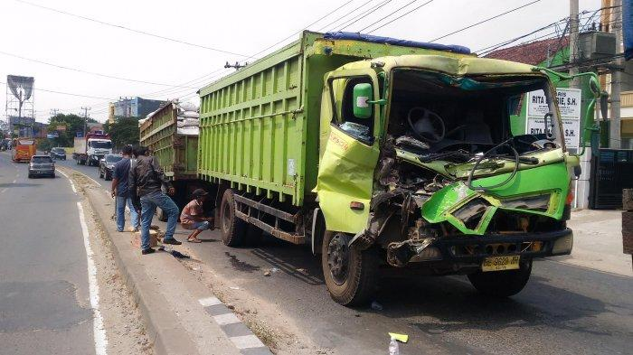 BREAKING NEWS - Tabrakan Beruntun 3 Truk di Jalan Raya Natar, Satu Sopir Alami Patah Kaki