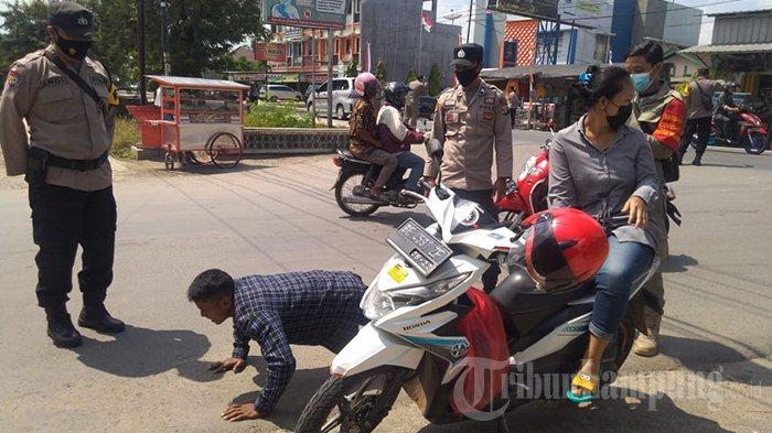 Tak Pakai Masker, Pengendara Motor di Pringsewu Lampung Disanksi Push Up