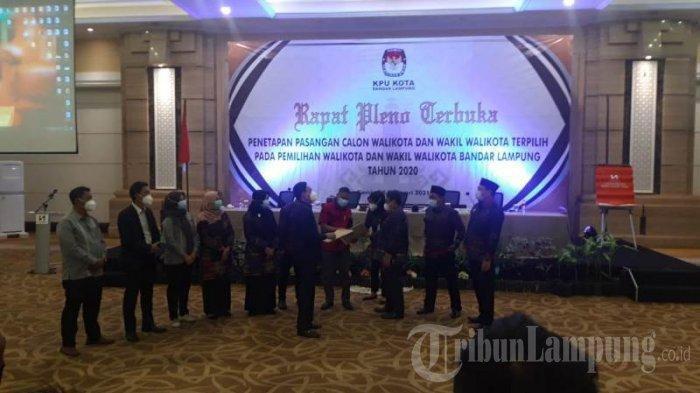 Suasana penetapan Eva Dwiana-Deddy Amarullah sebagai paslon terpilih melalui rapat pleno penetapan dan pengesahan oleh KPU Bandar Lampung di Swiss-Bellhotel, Bandar Lampung, Kamis (18/2/2021).