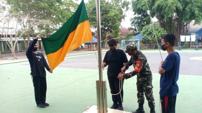 Babinsa Koramil 410-04/TKT Berikan Pelatihan Pengibaran Bendera di SMA Negeri 15 Bandar Lampung