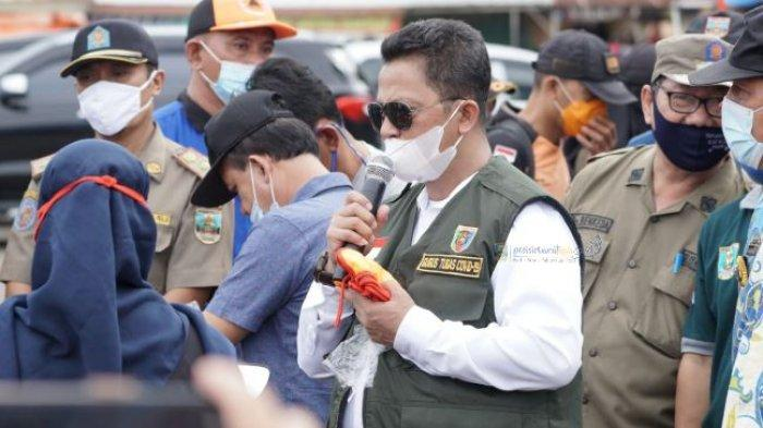 Pj Bupati Pesisir Barat Bambang Sumbogo Bagikan Masker dan Tinjau Bandara Taufik Kiemas