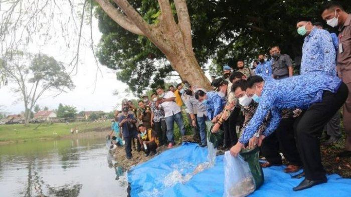 Tebar 35.500 Benih Ikan di Danau Way Jepara, Wabup Azwar Hadi: Tidak Boleh Disetrum