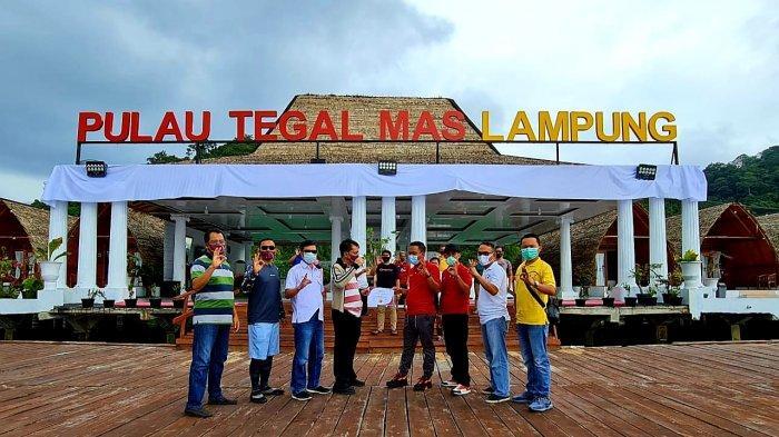 Pengurus MASATA menyerahkan piagam kepada pengelola Tegal Mas.