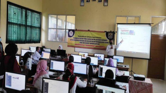 Dosen PTS Terbaik di Lampung Teknokrat Beri Latihan Guru SMKN 7 Ujian Berbasis CAT