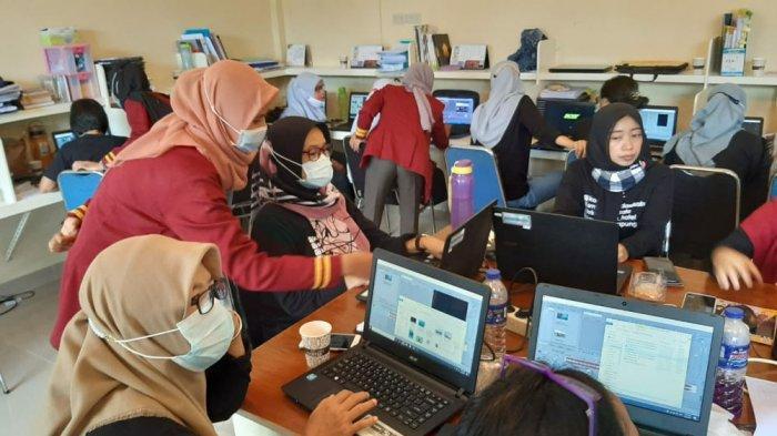 Dosen Universitas Teknokrat Indonesia salah satu Universitas Terbaik di Lampung melaksanakan kegiatan Pengabdian Kepada Masyarakat (PKM) Sekolah Binaan Tahap I, di SMK Kridawisata Kota Bandarlampung, Selasa (30/3/2021).