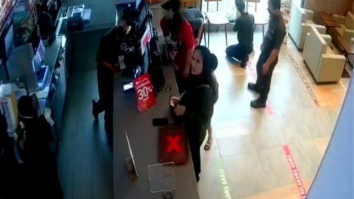 Terekam CCTV, Wanita Muda Maling Ponsel Pegawai Burger King Antasari, Lihat Modusnya