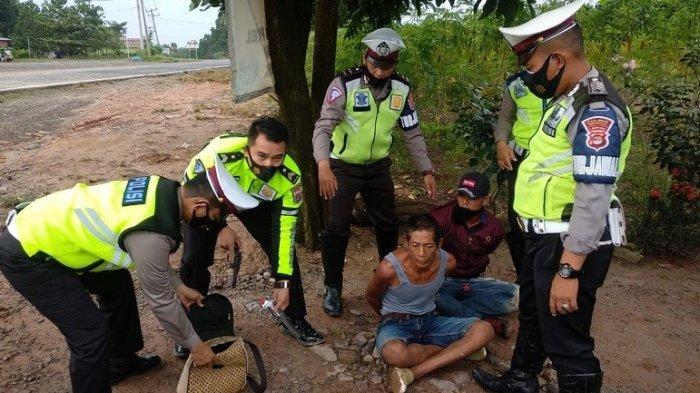 Pengendara Motor Diamankan Kedapatan Bawa Pistol dan Sajam saat Razia di Jalintim Mesuji