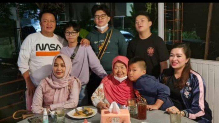 Thomas Azis Riska berulang tahun ke-49 pada Senin 11 Januari 2021. Thomas (kiri belakang) bersama keluarganya.