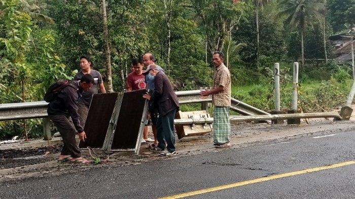 Luapan Sungai Way Mentrang Robohkan Tiang Lampu Jalan di Balik Bukit