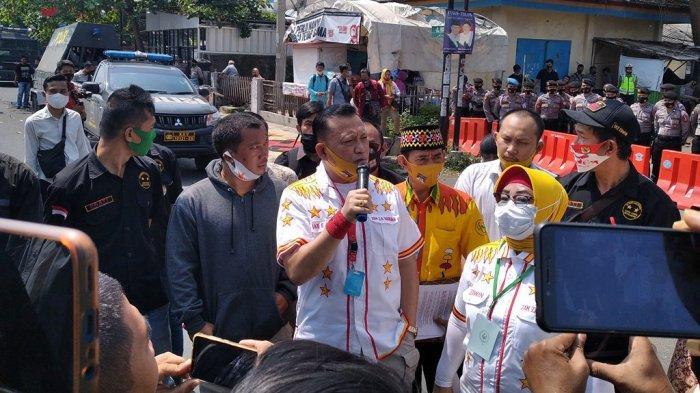 BREAKING NEWS Tiba di Baswaslu Bandar Lampung, Ike Edwin Minta Pendukungnya Kondusif