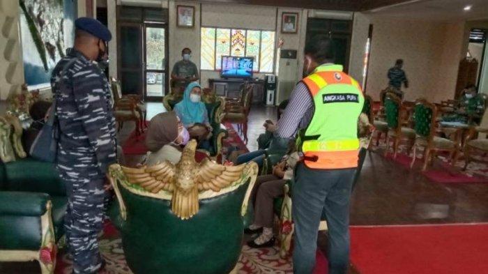 Tiga Orang Keluarga Letkol Heri Oktavian Komandan KRI Nanggala 402 Bertolak ke Surabaya