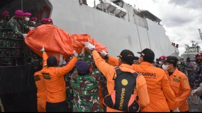 Tim SAR gabungan evakuasi serpihan pesawat Sriwijaya Air SJ-182 dan pakaian anak dari KRI Kurau ke Posko Terpadu JICT 2, Tanjung Priok, Jakarta. (Sumber: Humas Basarnas)