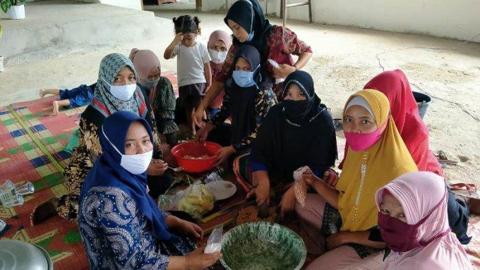 Tingkatkan Keterampilan, Dinas PPPA Ajak Ibu Rumah Tangga Belajar Membuat Makanan Khas Mesuji