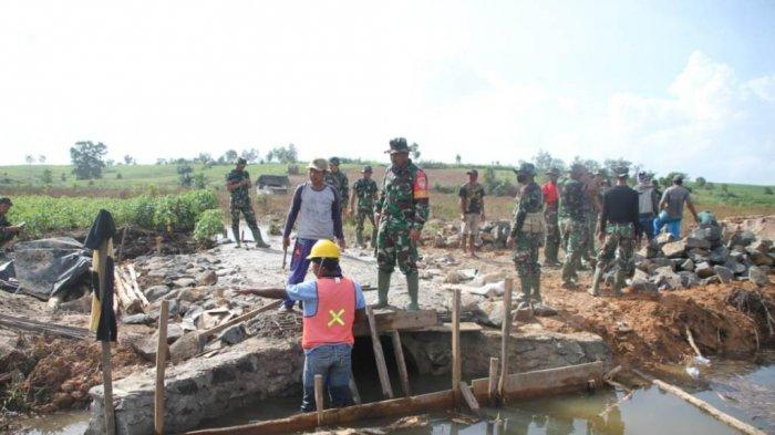 Kodim 0426/Tulangbawang Lampung Bangun Jalan Penghubung Antar Kampung pada Program TMMD