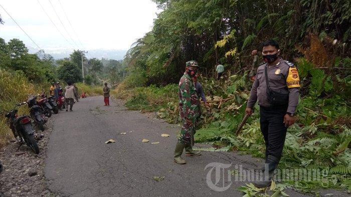 TNI-Polri Ajak Warga Lampung Barat Gotong Royong Bersihkan Jalan