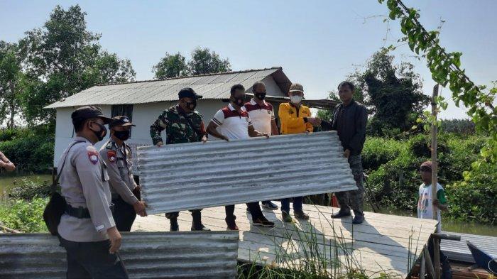 Personel gabungan TNI-Polri mengirim bantuan untuk korban angin puting beliung di Dusun Muara Belukang, Desa Labuhan Ratu, Kecamatan Pasir Sakti, Minggu (13/6/2021).