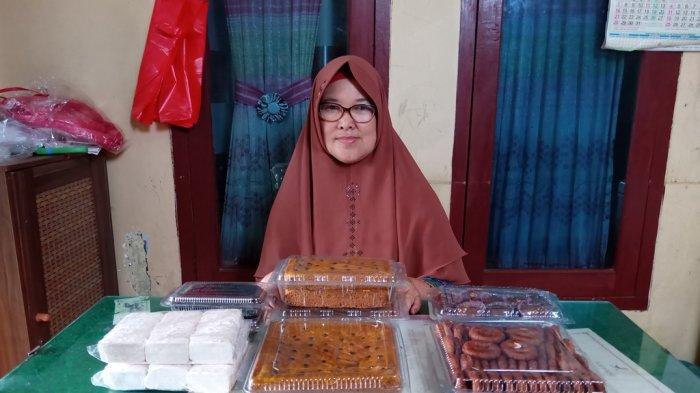 Dua Putri Jajakan Oleh-oleh Khas Lampung Barat, Termasuk Cucur Mandan