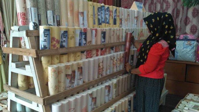 Di Toko Ini Beli Lima Roll Wallpaper Gratis Lima Tribun Lampung