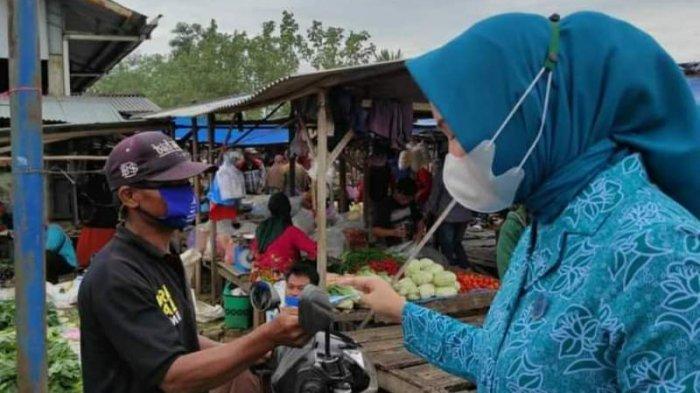 TP PKK Lampung Tengah Bagikan Ratusan Masker dan Face Shield Kepada Masyarakat di 9 Kecamatan