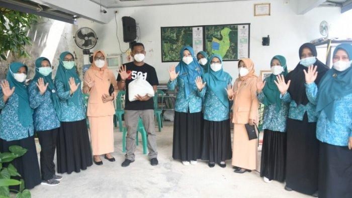 Jumat Berkah, TP PKK Metro Lampung Bagikan Makanan untuk Pasien Covid-19