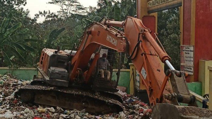 Bersihkan Sampah Meluber ke Jalan, DLH Pringsewu Lampung Sewa Ekskavator