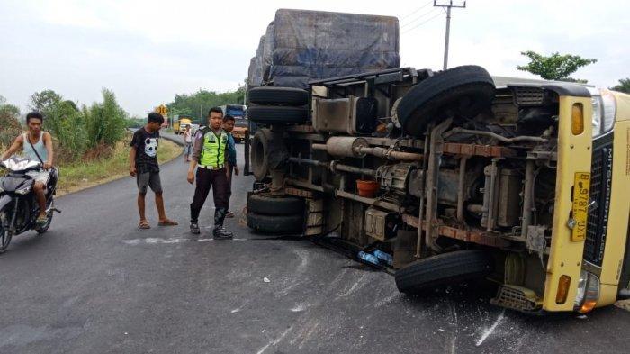Kaget Kendaraan di Depan Menyalip, Truk Ekspedisi Terguling di Jalintim Mesuji
