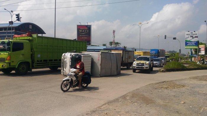BREAKING NEWS Truk Terguling di Simpang Urip Sumorharjo-Endro Suratmin, Ruas Bypass Macet