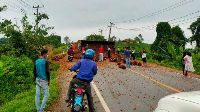 Truk Pengangkut Buah Sawit Terguling di Tanjakan Cakat Menggala, Kemacetan Tak Terhindarkan