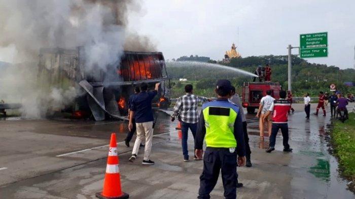 BREAKING NEWS Truk Ekspedisi Ludes Terbakar di Pelabuhan Bakauheni