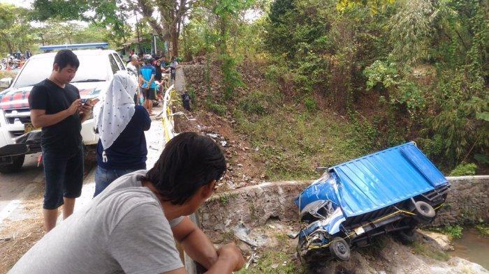 BREAKING NEWS - Polisi Amankan Sopir Truk Terjun ke Sungai