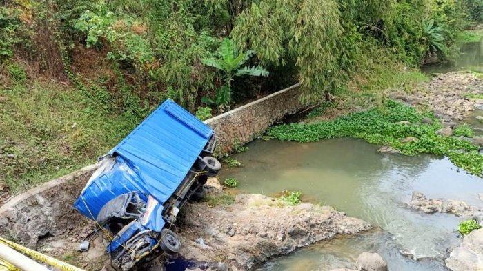 BREAKING NEWS - Tewaskan 2 Orang, 9 Penumpang Truk Terjun ke Sungai Luka-luka
