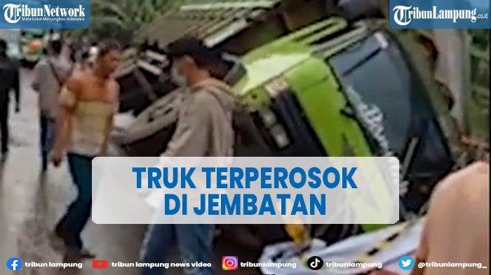 Detik-detik Truk Terperosok di Jembatan Way Rarem Lampung Utara