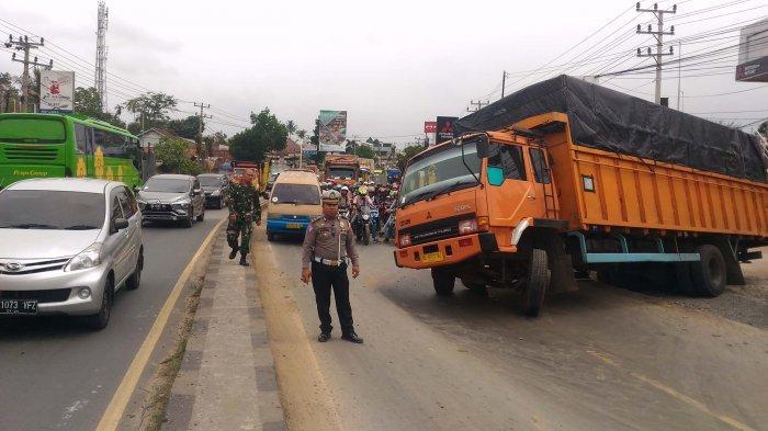 Truk Fuso yang Terperosok di Galian SPAM Bawa 8 Ton Susu, Sopir: dari Jogja Mau ke Palembang