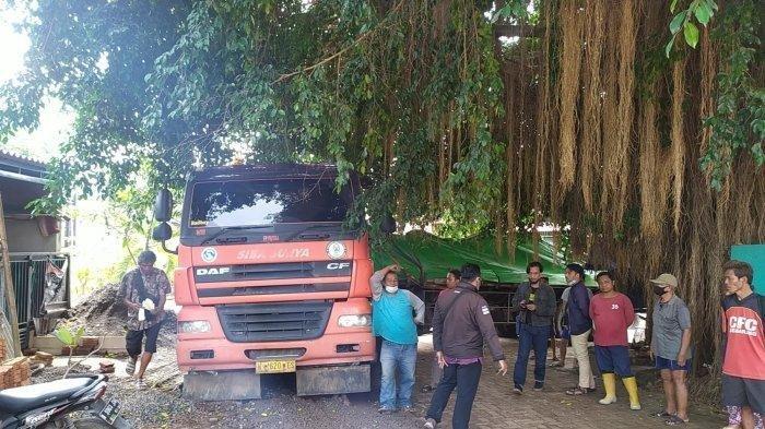 Truk Tersesat Masuk Gang Sempit di Semarang, Kini Terjebak di Pohon Beringin