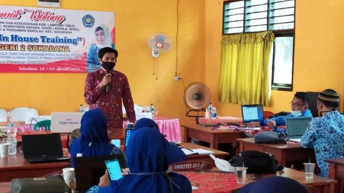 Swaditya Rizki UM Metro Bimbing Guru SMPN 2 Sukadana Pemanfaatan Teknologi Informasi