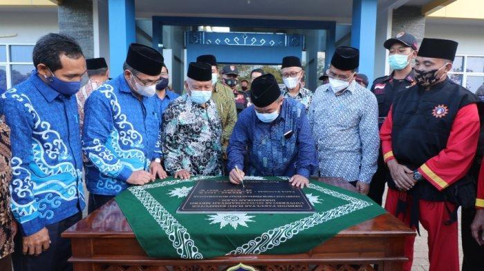 Sekretaris Umum PP Muhammadiyah Tandatangani Prasasti Peresmian Gedung Fikom UM Metro