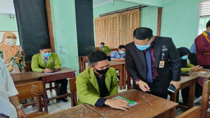 Dosen dan mahasiswa Universitas Teknokrat Indonesia salah satuUniversitas Terbaik di Provinsi Lampung, melaksanakan kegiatan Pengabdian kepada Masyarakat (PKM) Sekolah Binaan di SMK Gajah Mada Bandarlampung.